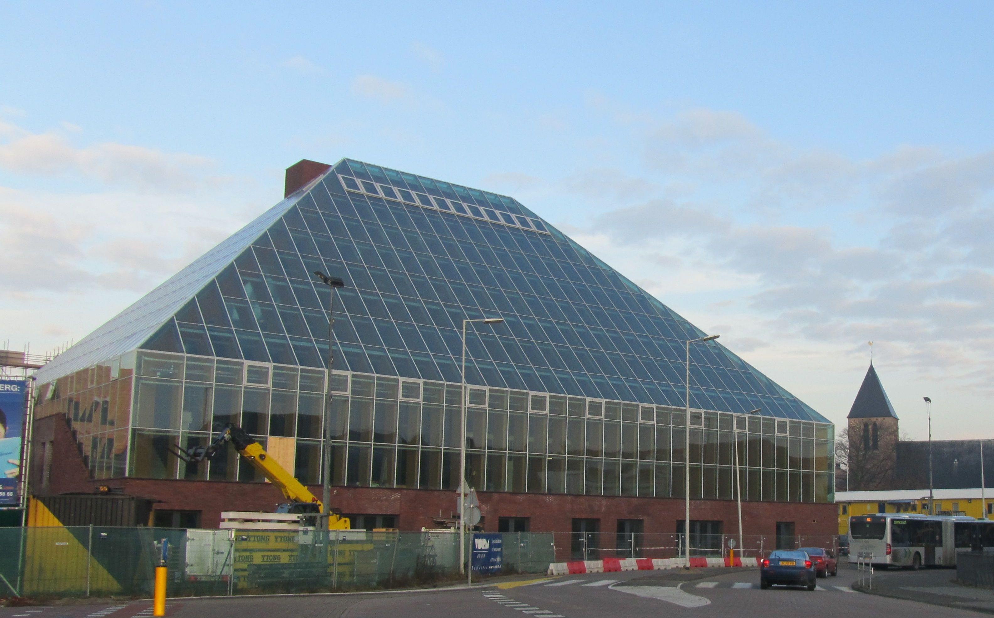 De boekenberg transparante piramide als bibliotheek for Eigentijdse buitenkant