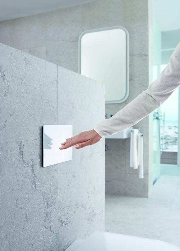 toilet doortrekken via glazen touchscreen glas in beeld. Black Bedroom Furniture Sets. Home Design Ideas