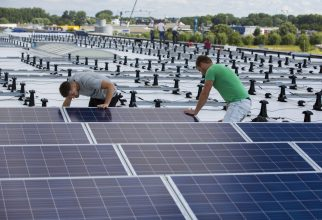 In Alkmaar is begonnen met de plaatsing van ruim 4000 zonnepanelen op het dak van het distributiecentrum van Vomar Voordeelmarkt. Het betreft een oppervlakte van 18.000 vierkante meter (circa vier voetbalvelden). Het project wordt naar verwachting eind oktober afgerond. De kosten bedragen 1,3 miljoen euro. De panelen wekken jaarlijks 1 miljoen KWH stroom op. Dat is genoeg om meer dan 300 eengezinswoningen van energie te voorzien.  Vanuit het op bedrijventerrein De Boekelermeer in Alkmaar gelegen distributiecentrum worden in het werkgebied tussen Den Helder, Noordwijk, Almere en Utrecht 63 winkels bevoorraad. Het enorme gebouw (totaaloppervlakte 41.000 vierkante meter) vormt een essentiële schakel in de bedrijfsvoering van het bedrijf dat met 5400 medewerkers wekelijks 750.000 klanten bedient. Het complex omvat ook een bakkerij, retourcentrale en slagerij.  Dankzij zij het uiterst efficiënte distributiecentrum kan Vomar Voordeelmarkt op het gebied van logistiek en transport duurzaam opereren. Zo wordt gebruik gemaakt van vrachtwagens met drie temperatuurzones. Ze vervoeren in één rit vanuit Alkmaar diepgevroren, gekoelde en ongekoelde producten naar de winkels. Daardoor is het aantal transporten sterk verminderd en nam de uitstoot van CO2 met 73 procent af. Het distributiecentrum speelt ook een belangrijke rol bij het gescheiden inzamelen en verwerken van bedrijfsafval. Dat wordt verbrand in een nabijgelegen installatie die energie terug levert aan het distributiecentrum.