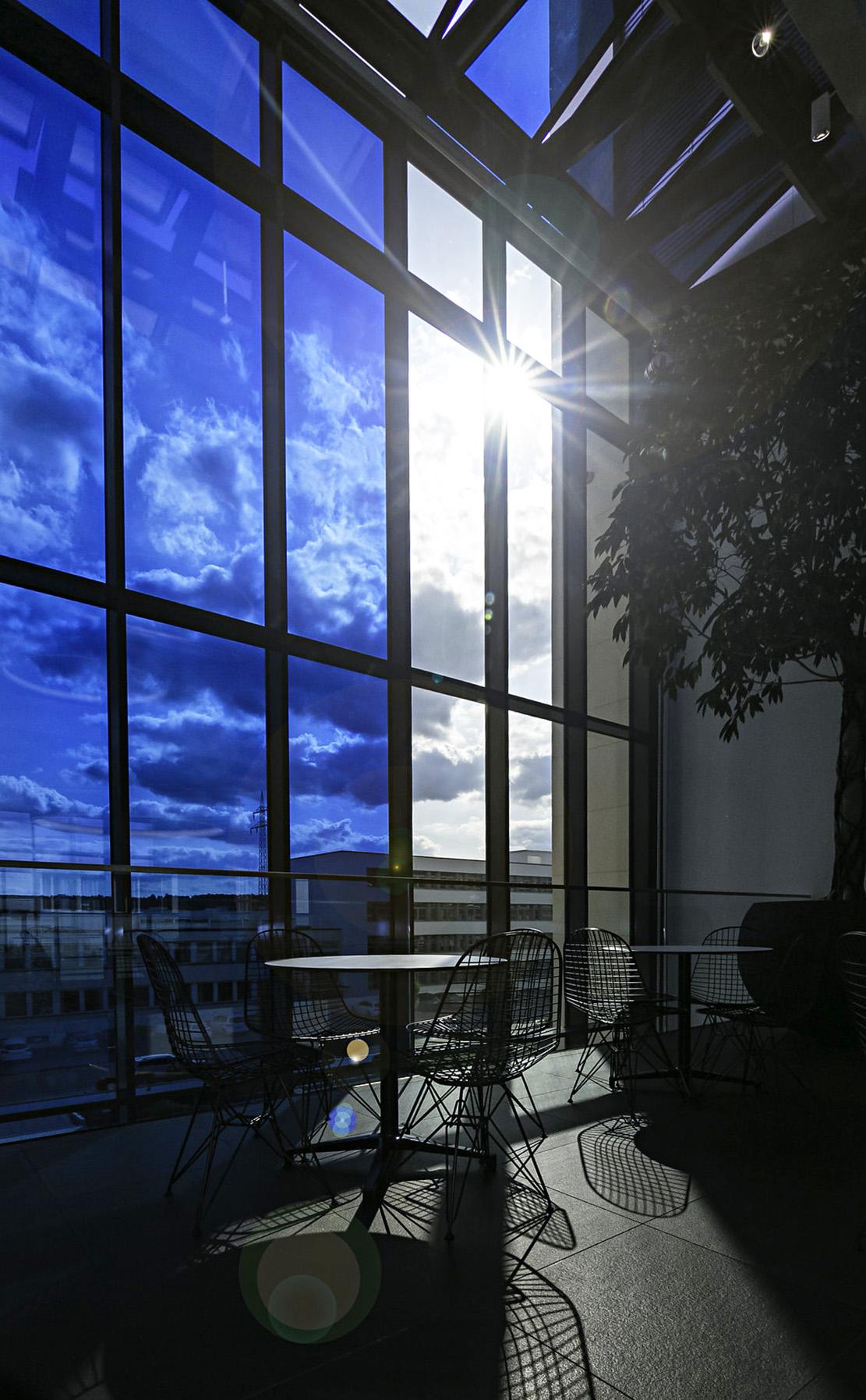 schakelbaar glas 16 meter hoog atrium e control glas in beeld. Black Bedroom Furniture Sets. Home Design Ideas