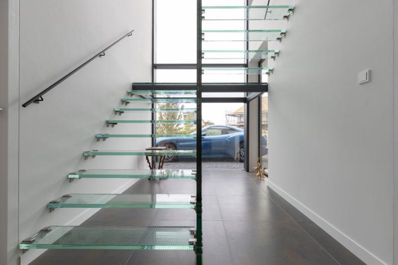 Dragende glazen trap in huis vol glas u glas in beeld